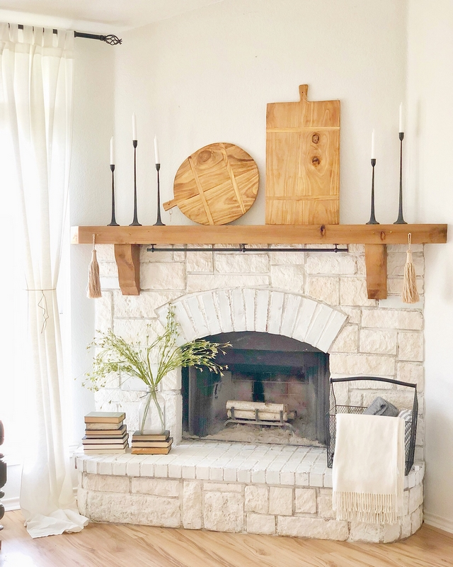 Farmhouse Fireplace I have not seen anyone decorate their fireplace with cutting boards before but I am LOVING this idea! Everything is just perfect and each element complement the next #farmhosue #fireplace #farmhouse #farmhousefireplace #cuttingboard #fireplacedecor #farmhousedecor
