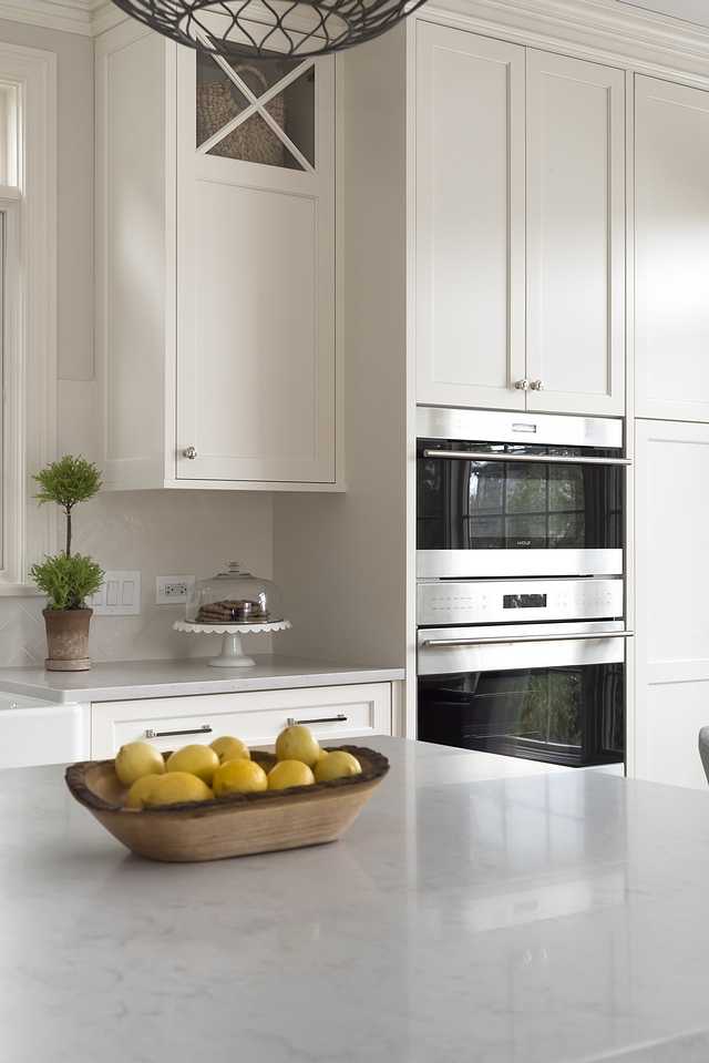 Benjamin Moore White Dove OC-17 Kitchen cabinets and trim are Benjamin Moore White Dove OC-17 White paint color for cabinets Benjamin Moore White Dove OC-17 #BenjaminMooreWhiteDoveOC17
