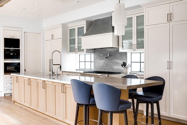 Benjamin Moore Atrium White Kitchen cabinets are shaker style painted in Benjamin Moore Atrium White #BenjaminMooreAtriumWhite #Kitchencabinet #shakerstyle #shakerstylecabinet #shakerstylekitchen