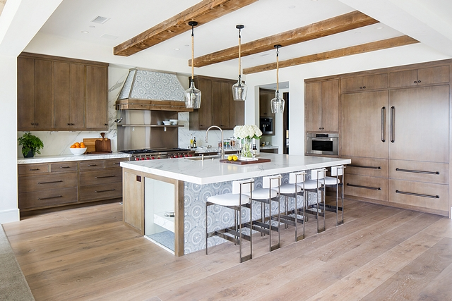 Large Kitchen Layout This large kitchen features a very practical layout. The paneled refrigerator/freezer are located on the right, beside the wall oven #largekitchen #kitchenlayout #largekitchenlayout