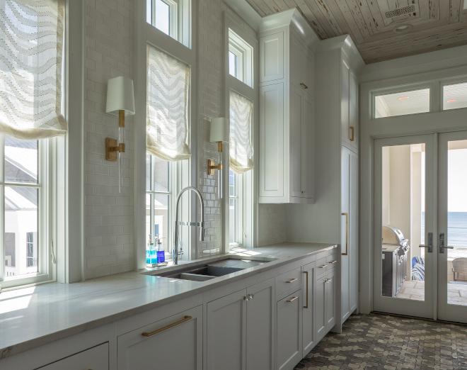 Everest-Quartzite-on-Benjamin-Moore-Decorators-White-cabinet