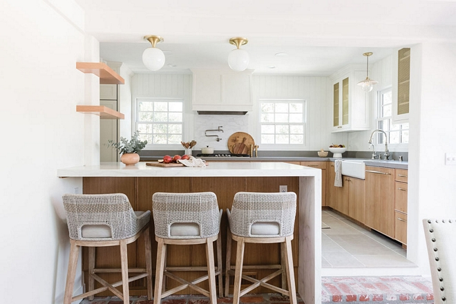 This home is located in California and it underwent a huge renovation where the designer beautifully refreshed the unchangeable layout of this l-shaped kitchen making it feel brighter and as open as she possibly could #lshapedkitchen #kitchenrenovation #kitchen #renovation #smallkitchen