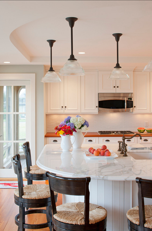 Kitchen Island. Great Kitchen Island Design! It's not too big, just perfect! Kitchen Island #KitchenIsland #Island #Kitchen #Interiors