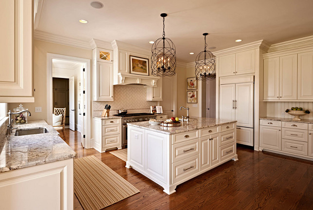 Traditional home with beautiful interiors home bunch for Benjamin moore paint for kitchen cabinets