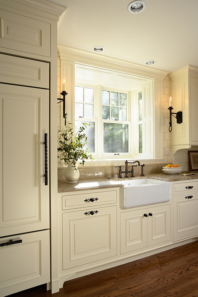 White kitchen home bunch interior design ideas for Cream kitchen cupboards