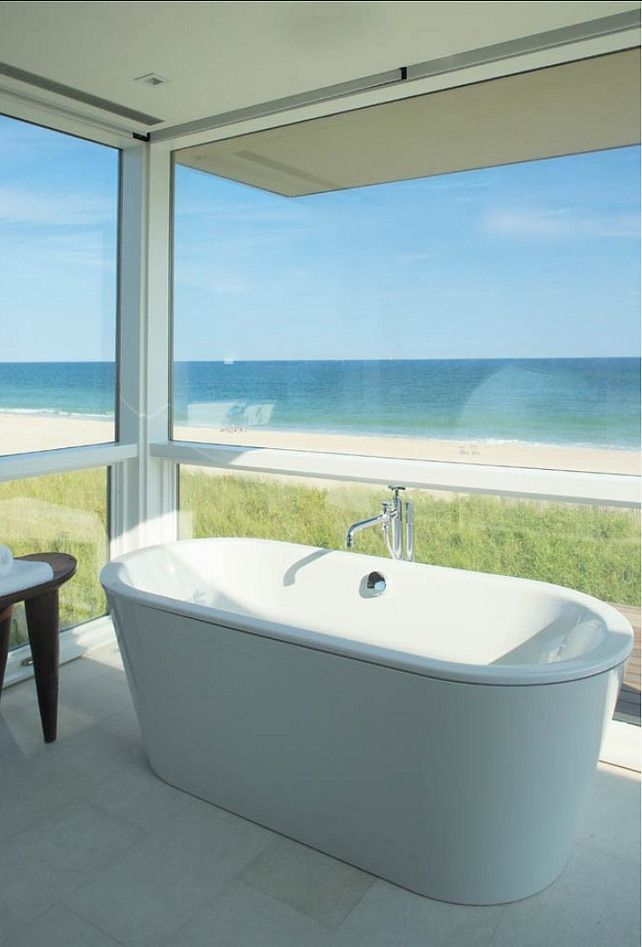 Bathroom with ocean view. Stelle Lomont Rouhani Architects.