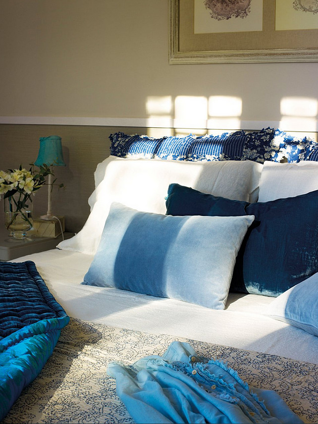 Barcelona home with blue and white interiors home bunch for Blue and white master bedroom ideas
