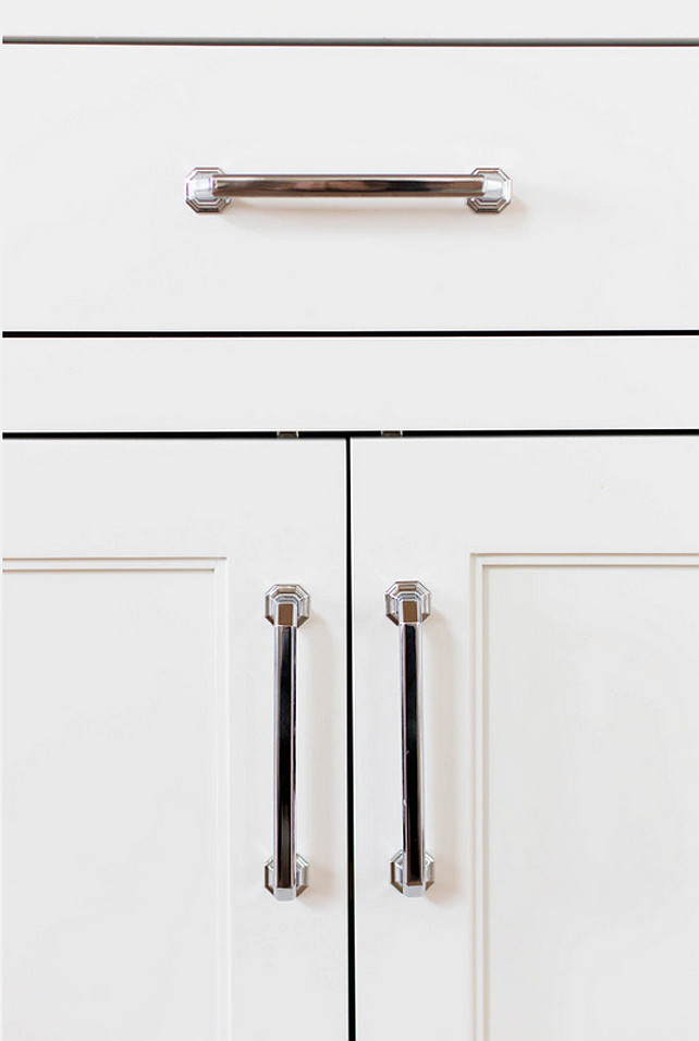 Kitchen Hardware. How to choose the right kitchen hardware for your kitchen cabinets. #Hardware #Kitchen #KitchenHardware #CabinetHardware #Pulls Ashley Winn Design
