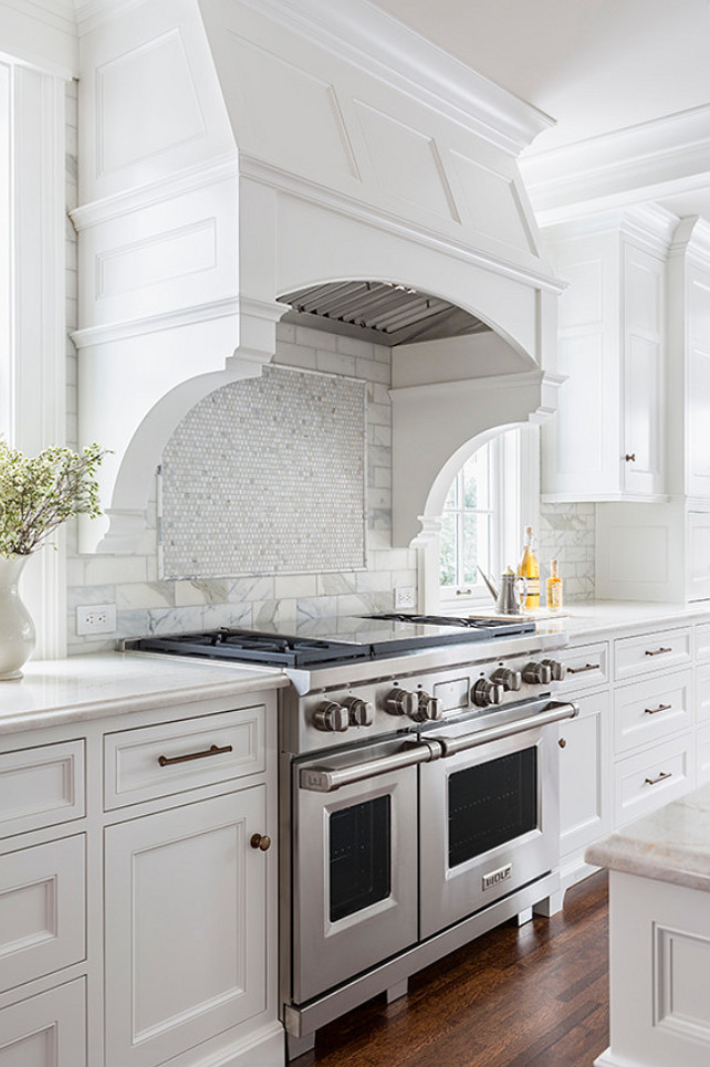 Kitchen Hood. Curved Hood with Corbels. Curved Kitchen Hood with corbel. White Kitchen Hood.  #Kitchen #KitchenHood #CurvedKitchenHood #Corbel #KitchenCorbel Casa Verde Design