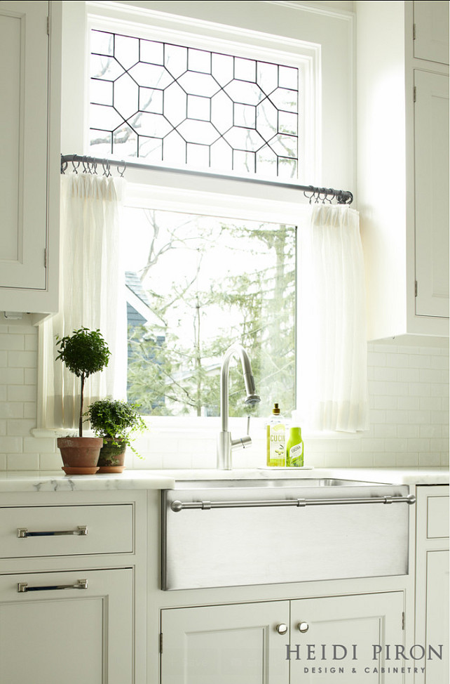 Transitional white kitchen home bunch interior design ideas for Contemporary kitchen window treatment ideas