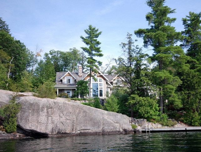 Muskoka Lake Cottage Design. #MuskokaLakeCottageDesign #Architecture #LakeHouse Via Home Bunch.