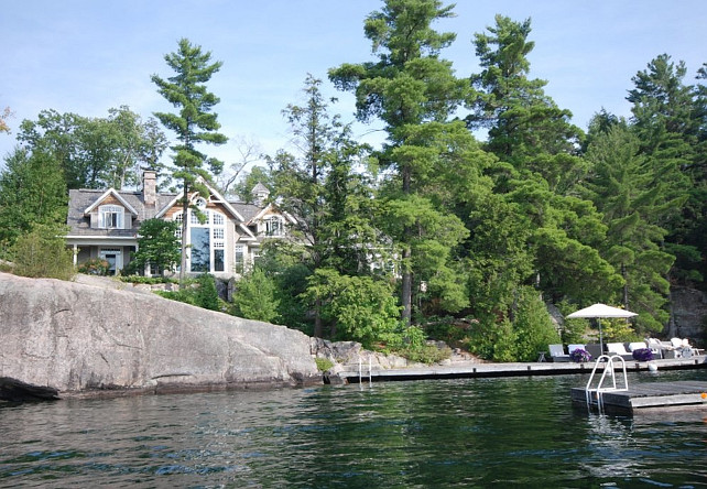 Muskoka Lake Cottage. Waterfront Muskoka Cottage. #MuskokaLakeCottage Via Home Bunch.