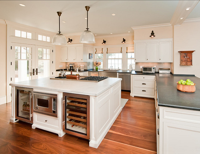 Kitchen Layout. The layout in this kitchen is great for cooking (large island) and entertaining (peninsula). #Kitchen #KitchenLayout