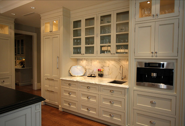 Benjamin Moore Paint Color. Kitchen Cabinet Paint Color is Benjamin Moore Ivory White 925 #BenjaminMoore #IvoryWhite